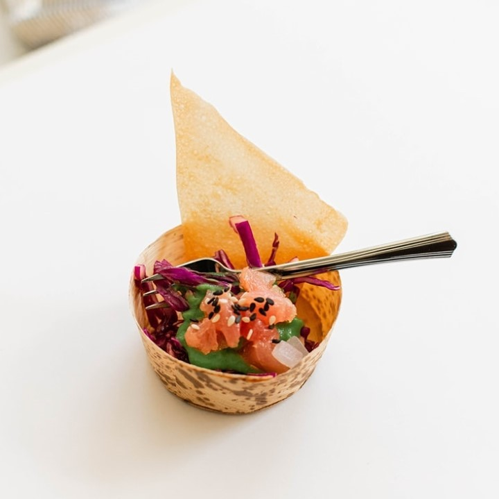 We are dying to be invited to the wedding that serves mini poké cups!!! beyondthebox_weddings' newest apps are ??? -