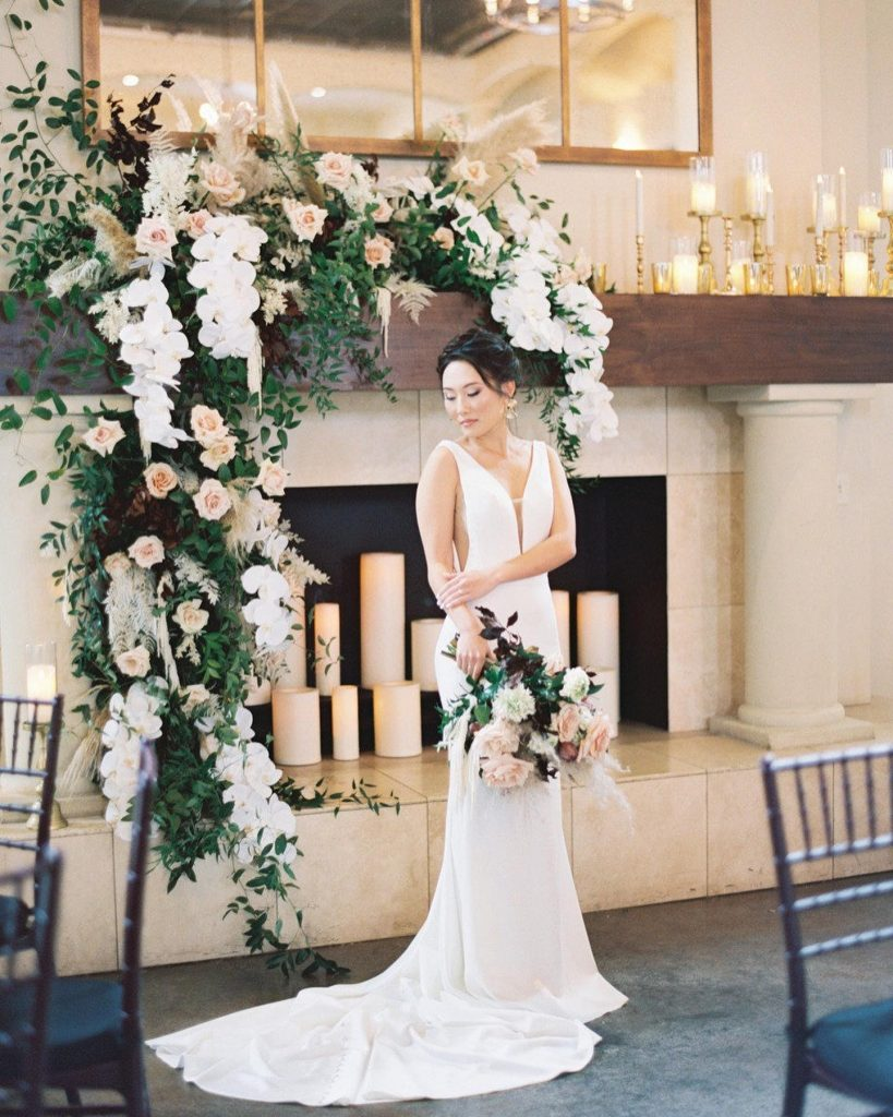 This lovely gallery depicts tasteful wedding scenes captured all around the chapelanavilla property. In romantic installations of draping floral design,