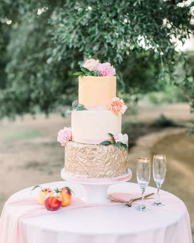 This perfectly peach-y cake by ashtonmariecakesllc is making our Southern summer wedding dreams come true! // Photo: thelockharts⠀ •⠀ •⠀
