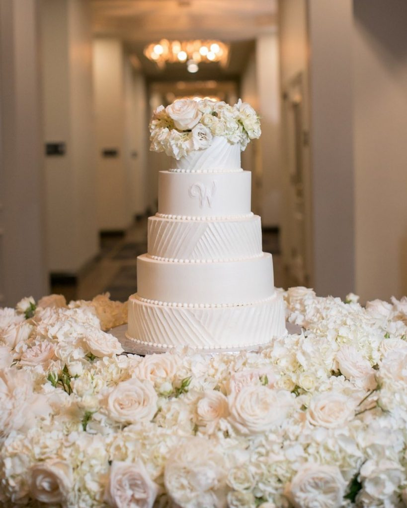 Has a classic white wedding cake ever looked so beautiful??? deliciouscakesstores had our jaws on the floor with their textured