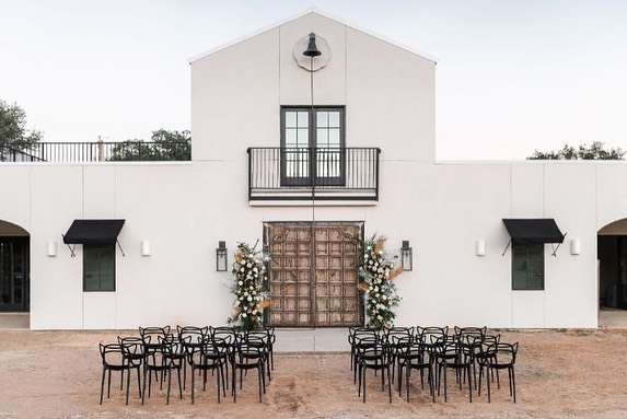 Today on the blog, we're exploring 11 unique Dallas wedding venues fit for that one-of-a-kind couple! Think zoos, vineyards, yacht