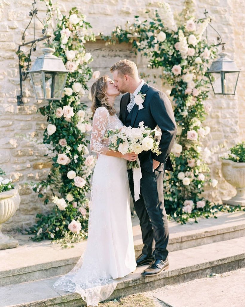 We're still swooning over this drop-dead-gorgeous photo moment captured by mackenziereiterphoto! ? From the picture-perfect alar design the the uber
