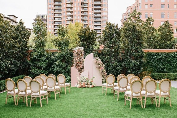 Check out these 5 trendy hotel wedding venues just outside of Downtown Dallas! // {tap for photo credit} • •