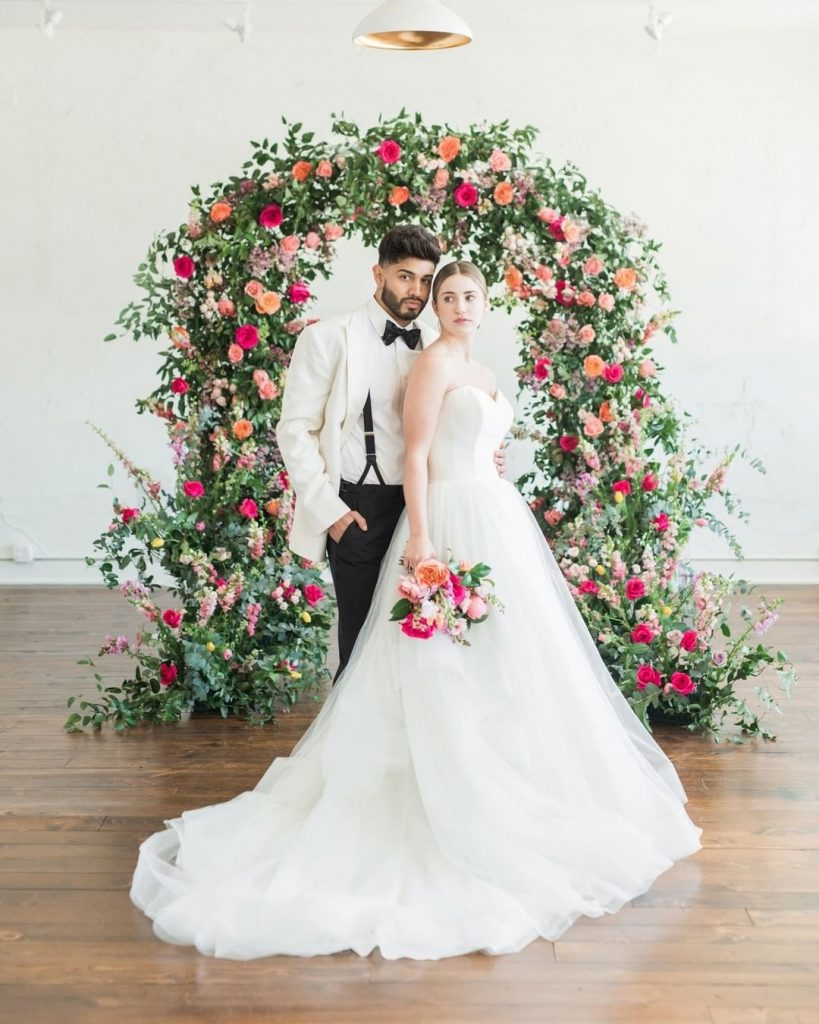 Planner jessicadeltoroweddings brought the garden inside for this modern industrial wedding design, and we couldn't love it more! ? //