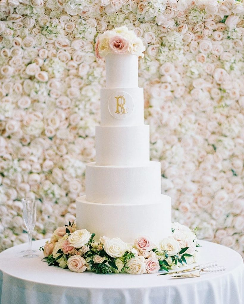 We LOVE a cake with a custom crest or monogram embellishment! cremedelacremecake company totally wowed us with this classic white