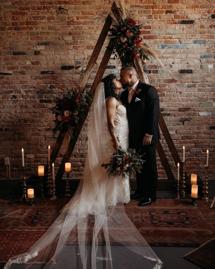 Urban moody wedding design at its finest... all thanks to the planning + styling talents of laureleventstx. 🖤 // Photo: