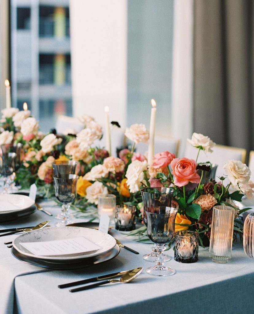 This refined elegance tablescape designed by alexakayevents is giving us Sunday brunch VIBES and we are HERE FOR IT! //