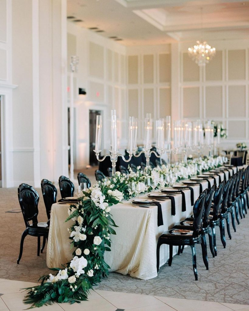 We LOVE to see a ballroom dressed in an artful design! So when we stumbled across this scene at thebowdenevents,