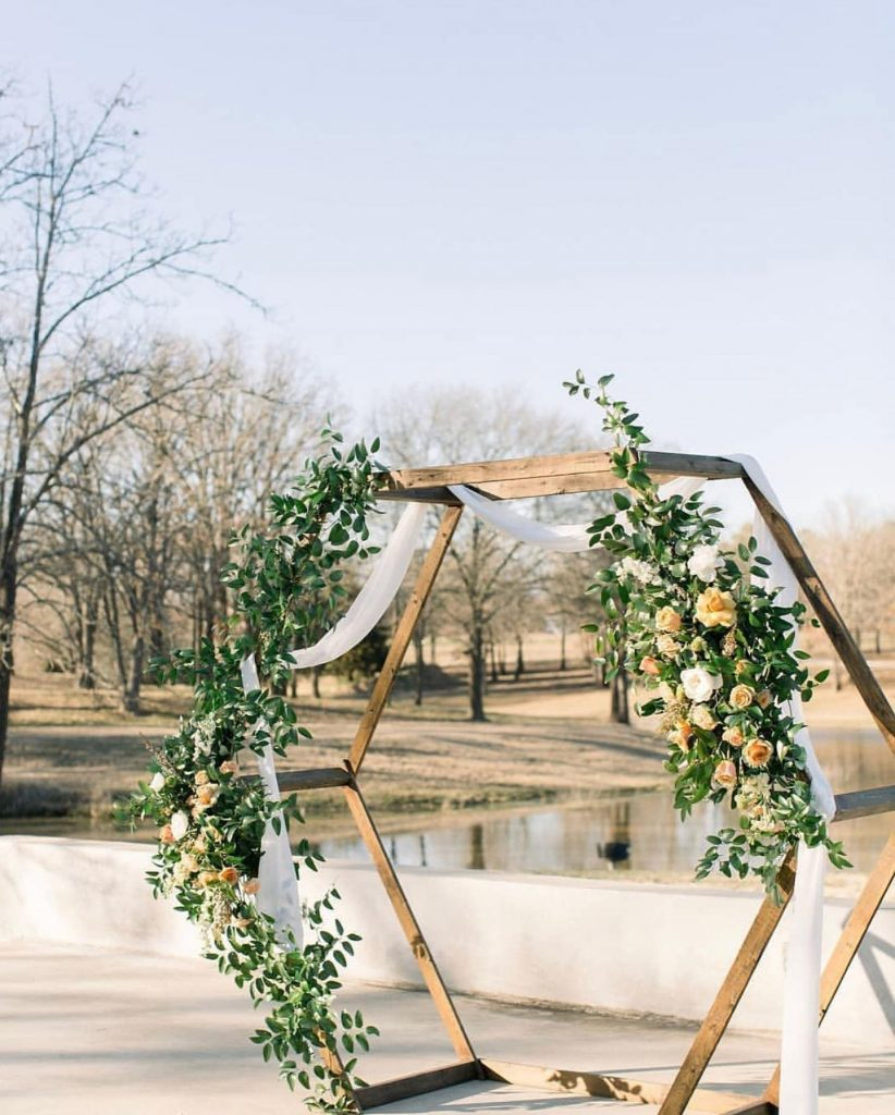 Peep these modern spring wedding scenes at margothillvenue! We are truly smitten by this venue's transformable indoor space and scenic