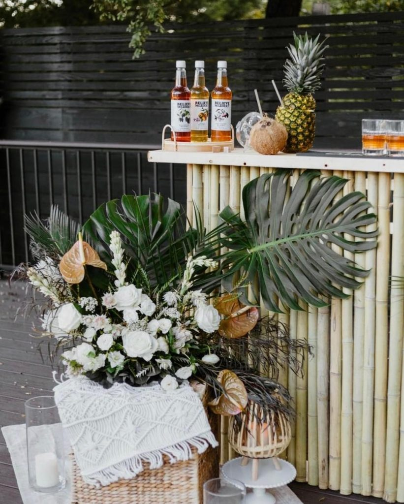 Tiki bar of our DREAMS thanks to tropical floral arrangements designed by paparazziglam! We'll take a mai tai, thx. 🍹