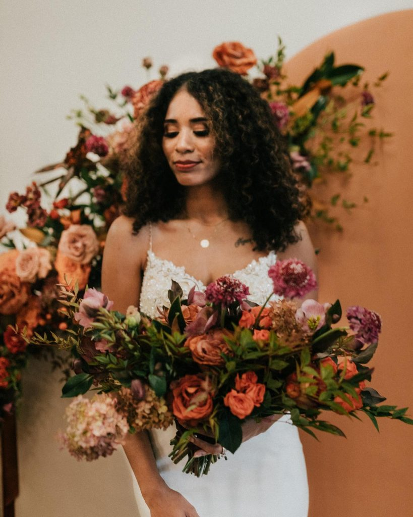 Fall toned wedding inspiration like this couldn't have come at a more perfect time, and the mod signage used throughout